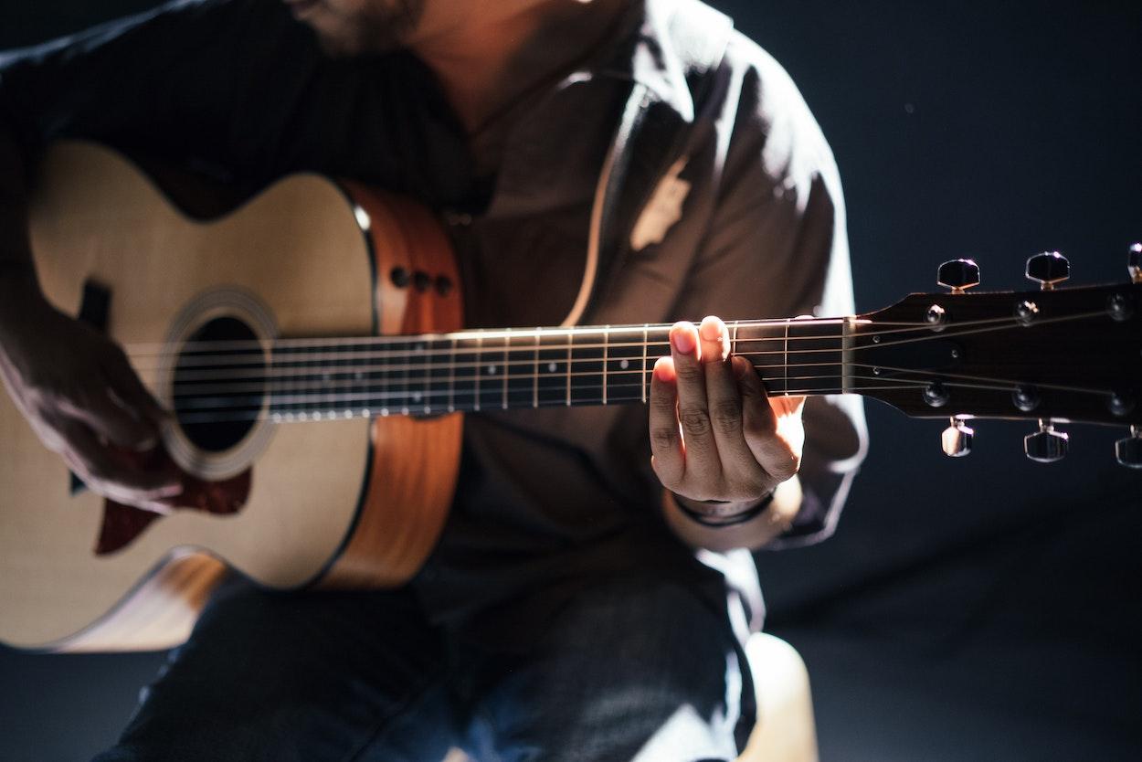 Guitariste acousitque foljk