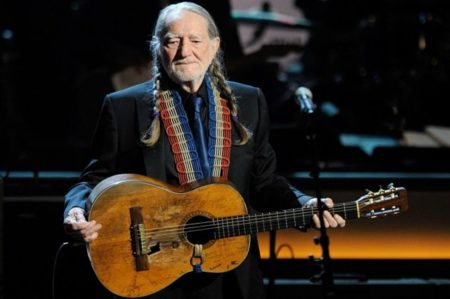 Willie Nelson en concert guitare Martin